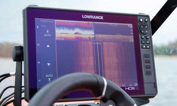 Lowrance HDS Livellä voidaan hallinnoida myös PowerPole-matalanvedenankkuria, kuten Mika Mujusen veneessä.