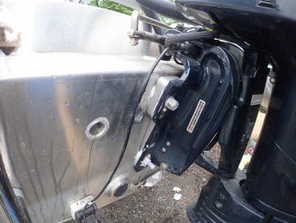 Perämoottori oikeaan asentoon Transom Wedge THM-TW2 –kiilapaloilla