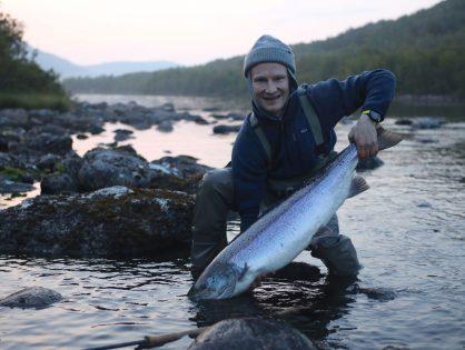 Lumilautailun olympiamitalisti Peetu Piiroinen nauttii perhokalastuksesta