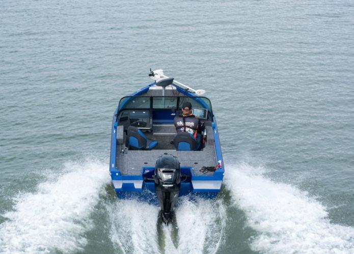 115-hevosvoimainen moottori ei ole suhteelliseen raskaaseen veneeseen mitenkään ylimitoitettu. Huomaa paapurin puolen takaosan heittotasossa oleva kiinteä moottoriteline. Hyvä idea.