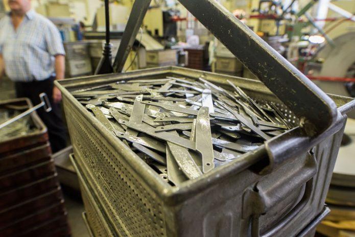 40 tonnin prässillä leikattuja veitsen teriä.