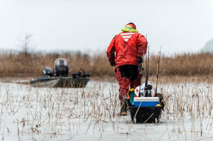 Ääriolosuhteissa kalastaminen ensijäillä vaatii ehdottomasti kuivapuvun. Puku joutuu koville myös kaislojen hangatessa jalkoihin. Kuva Jaakko Varjokorpi.