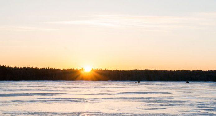 Auringon noustessa alkaa kuulua pärinää, kun mönkijät painavat pilkkipaikoille.
