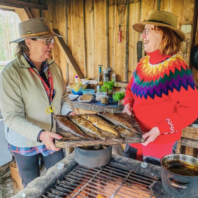Kalastus on hieno harrastus. Se antaa tuoretta luomulähiruokaa pöytään. Savustettuja harjuksia ja tattikastiketta uusien pottujen kera.
