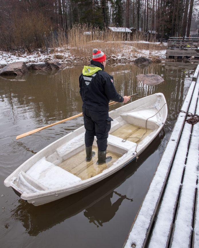 Keväinen Kymijoki, veden lämpö 2 astetta ja tulvissa karannut soutuvene. Kalastusopas Kari Lossin turvallisuuden takasi kuivapuku, jota ilman kylmään virtaan ei ole missään tapauksessa asiaa. Kuva Antti Zetterberg.