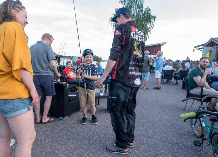 PikeMastersin Porvoon päätöskisan jälkipeleissä Abun Jani Haavisto neuvoi nuorta kalastajan alkua harrastuksessa eteenpäin.