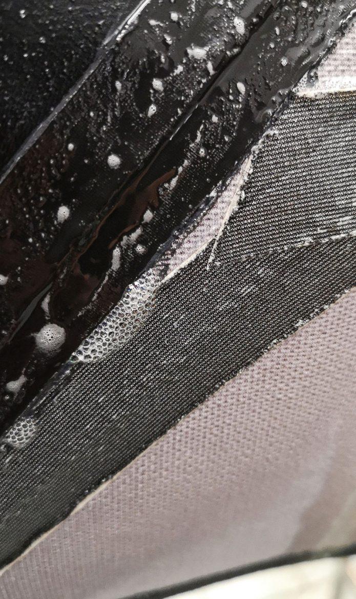 Tehtaan tiiviystestissä todettu vanhan puvun vuoto ilmenee kuplimisena. Kuva Ursuit.