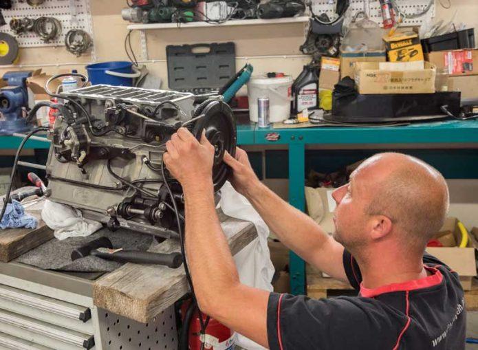 Tony työn touhussa tarkistamassa asiakkaan moottoria ennen lopullista kokoamista.